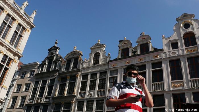 Ein Mann auf der Grand Place in Brüssel