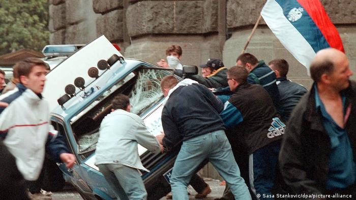 Prosvjednici uništavaju milicijsko vozilo
