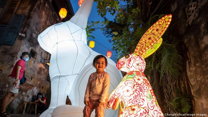 Asien Mondfest, Kind mit Hasenlaterne in Malaysia