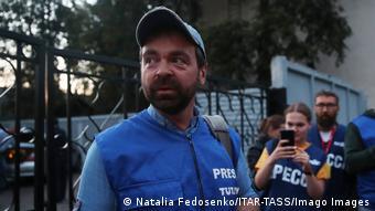 Журналисты в синих жилетах с надписью пресса в Минске, сентябрь 2020 года