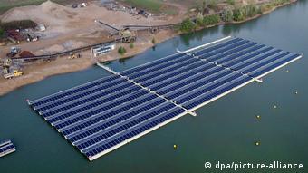 Солнечные батареи на озере в ФРГ
