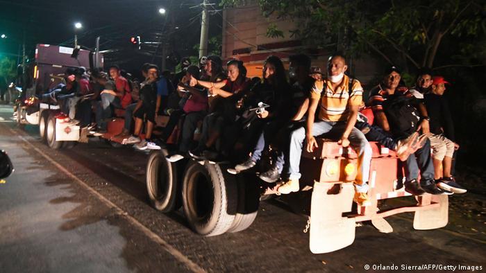 Kleine Erleichterung: Ein Sattelschlepper nimmt Migranten ein Stück des Weges mit (Foto: Orlando Sierra/AFP/Getty Images)