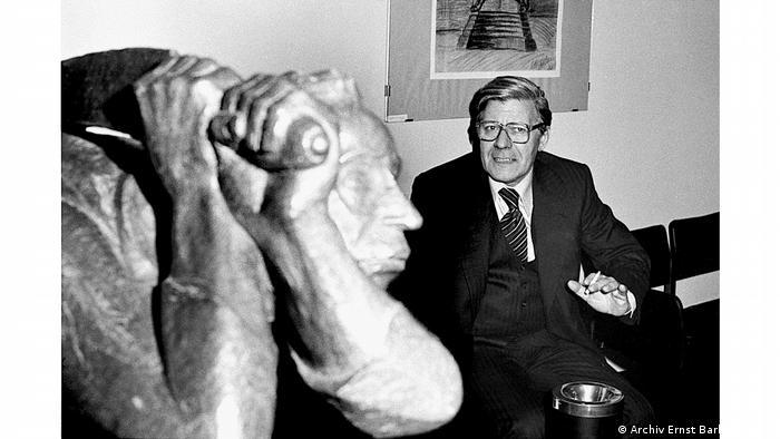 Гельмут Шмидт, курящий рядом со скульптурой Эрнста Барлаха Мститель