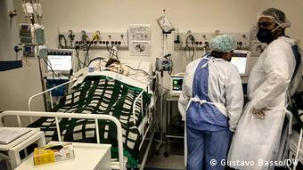 Врачи и пациент в больнице в Сан-Паулу