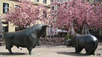 The bull and bear statues outside the Frankfurt Stock Exchange