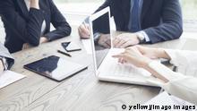 Personen arbeiten mit Computern in einer Gruppe