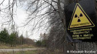Знак радиационной опасности на дереве в Чернобыльском регионе