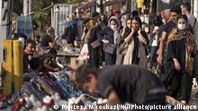Coroavirus | Iran Teheran Menschen in Einkaufsstraße