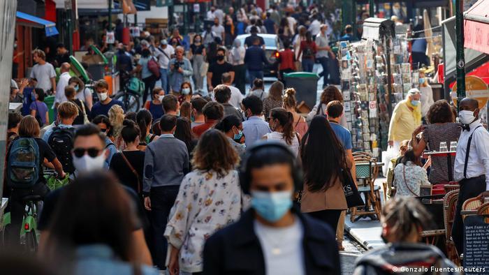 Paris Coronakrise Straße Menschenmenge (Gonzalo Fuentes/Reuters)