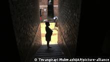 Zimbabwe | Schwangere Frau in Seitenstraße
