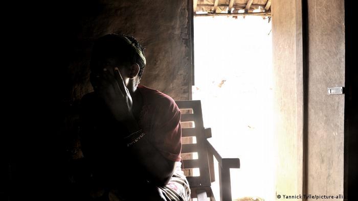 Demokratischen Republik Kongo | Ein Vergewaltigungsopfer in ihrem Haus in Luvungi (Yannick Tylle/picture-alliance)