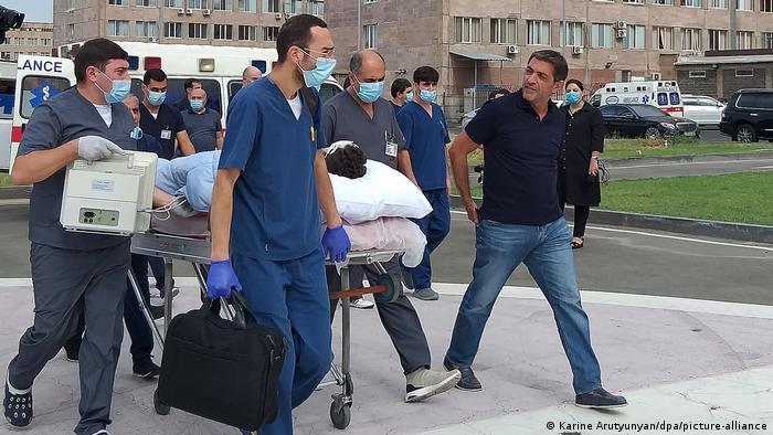 Ein verletzter französischer Journalist wird in Eriwan zum Flugplatz gebracht (Foto: Karine Arutyunyan/dpa/picture-alliance)