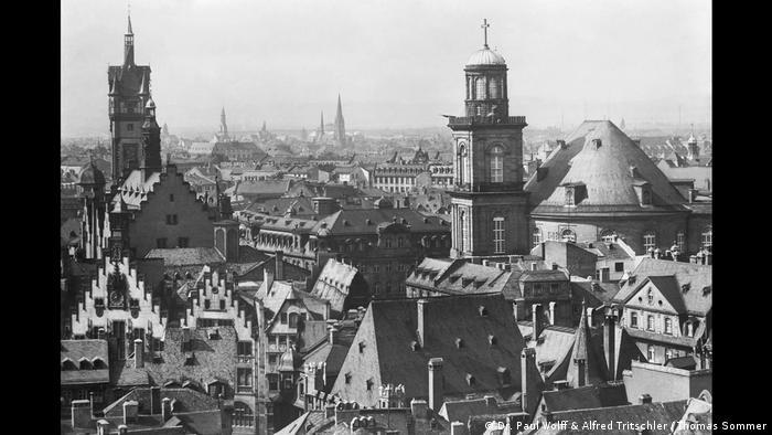 Blick vom Kirchturm auf Treppengiebel und Kirchtürme der Frankfurter Altstadt (Dr. Paul Wolff & Alfred Tritschler / Thomas Sommer)