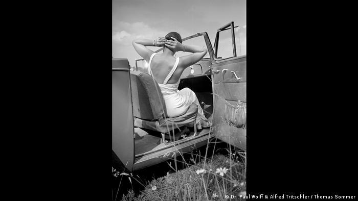 Frau in Rückenansicht auf dem Beifahrersitz eines Autos sitzend (Dr. Paul Wolff & Alfred Tritschler / Thomas Sommer)