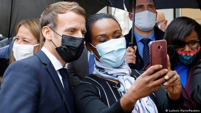 Frankreich Präsident Macron in Les Mureaux