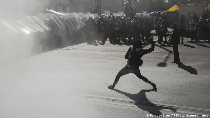 Foto de manifestantes enfrentados a la policía de México