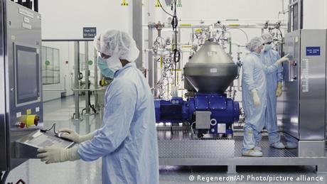 Wissenschaftler von Regeneron Pharmaceuticals arbeiten in einer Einrichtung des Unternehmens an einem experimentellen Antikörper-Medikament gegen das Coronavirus