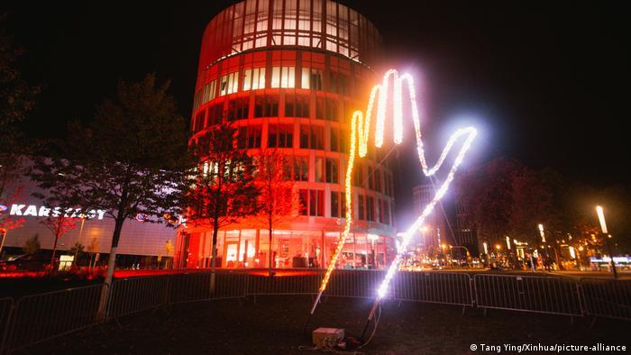 شهر اسن واقع در غرب آلمان در این روزها غرق نور شده است. یکی از رویدادهای مهم امسال در این شهر جشن نور است که روز جمعه دوم اکتبر (۱۱ مهر) افتتاح شده و به مدت ده روز ادامه دارد. در جریان این جشن هنرمندان متعدد چیدمانها و آثار خود را در نقاط مختلف شهر به نمایش میگذارند تا به آن چهرهای جذاب و نورانی ببخشند.