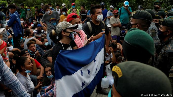 Foto de caravana de migrantes de Honduras frente al Ejército de Guatemala