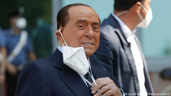 سیلیو برلوسکونی، نخستوزیر پیشین ایتالیا نیز یکی از دیگر چهرههای سرشناس دنیای سیاست است که از ابتلا به کووید۱۹ در امان نماند. او که حتی ۱۲ روز در بیمارستانی در میلان بستری بود و تحت مراقبتهای ویژه قرار داشت، از ابتلا به ویروس جدید کرونا به عنوان بدترین تجربه زندگیاش سخن گفته است. برلوسکونی از بیمارستان مرخص شده، اما همچنان در قرنطینه خانگی به سر میبرد.