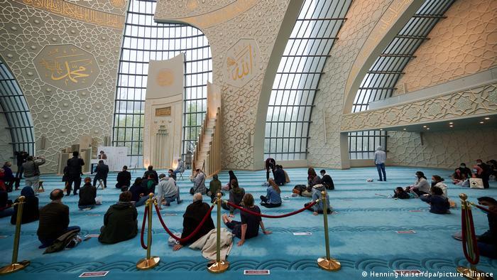 زوار في المسجد المركزي للاتحاد الإسلامي التركي في مدينة كولونيا بمناسبة يوم المسجد المفتوح.