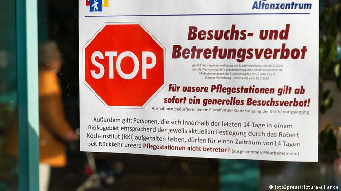 Schild am Eingang eines Altenheims, das über ein generelles Besuchs- und Betretungsverbot informiert (Foto: Foto2press/picture-alliance)