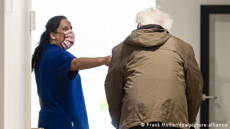 nurse and old man with zimmer frame (Frank Molter/dpa/picture-alliance)