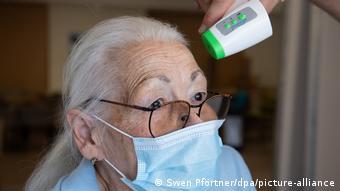 Старушке меряют температуру