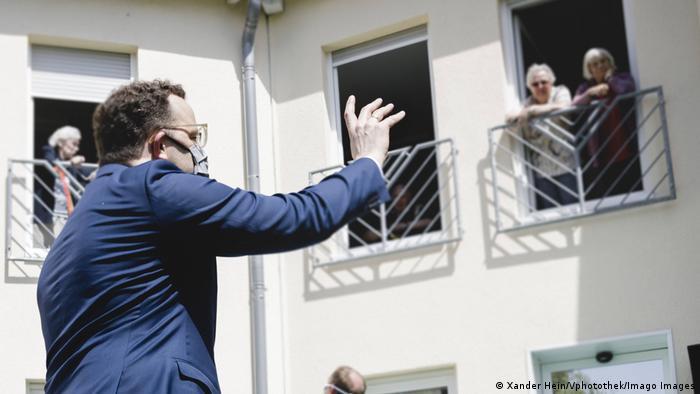 Deutschland I Spahn besucht Pflegeheim