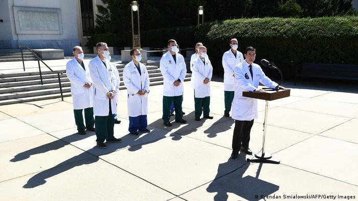 Médicos de máscaras em coletiva sobre estado de saúde de Trump