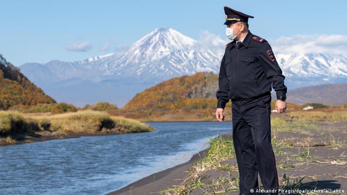 Сопка на Камчатке и сотрудник МВД России в маске
