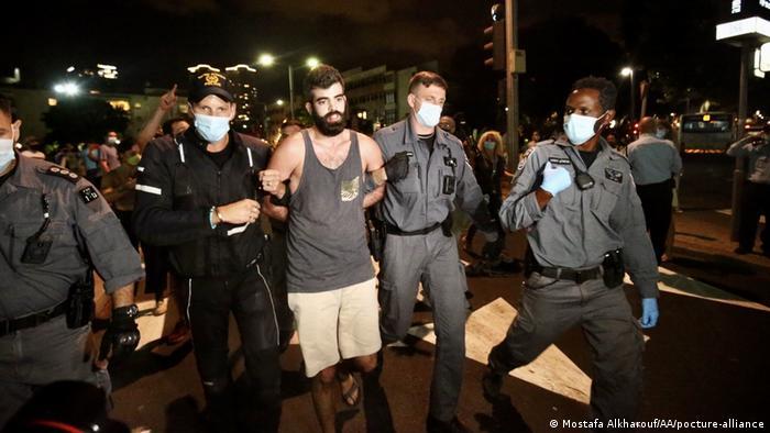 Dois policiais levam homem preso