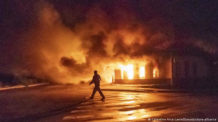 Горяща сграда след удар от азербайджанските сили