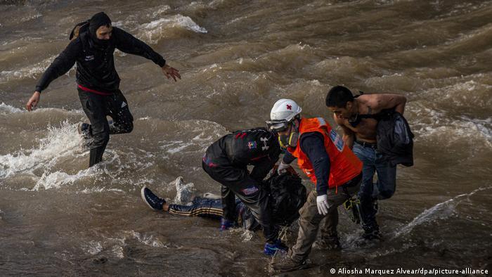 Foto de adolescente lesionado en el río Mapocho, durante protesta en Chile
