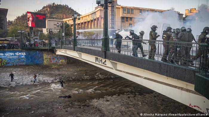 Chile Santiago | Proteste Demonstrant Brückensturz (Aliosha Marquez Alvear/dpa/picture-alliance)