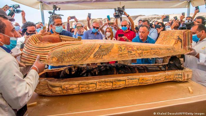 قرنها پیش هنرمندان مصری نیز تابوتهایی خلق کردند که نه تنها حامل اجساد مومیایی شده بودند بلکه درون و بیرون آن نیز حاوی پیامهایی به شکل نقاشی هستند.