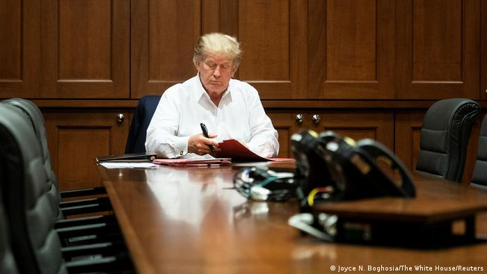 Foto divulgada pela Casa Branca mostra Trump trabalhando em seu escritório no hospital