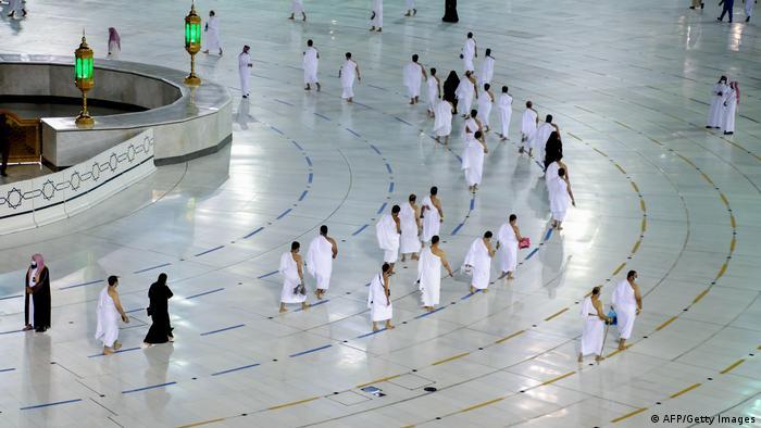 Saudi-Arabien Mekka   Erste Pilger nach Coronasperrung