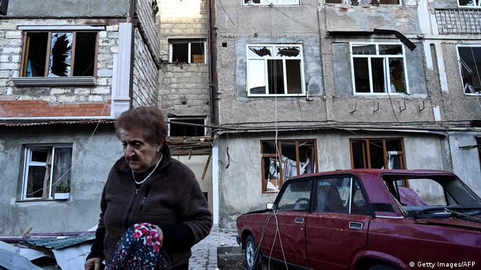Penduduk di kota Stepanakert, Nagorno-Karabakah, usai dibombardir militer Azerbaijan, klaim Armenia, 3/10.
