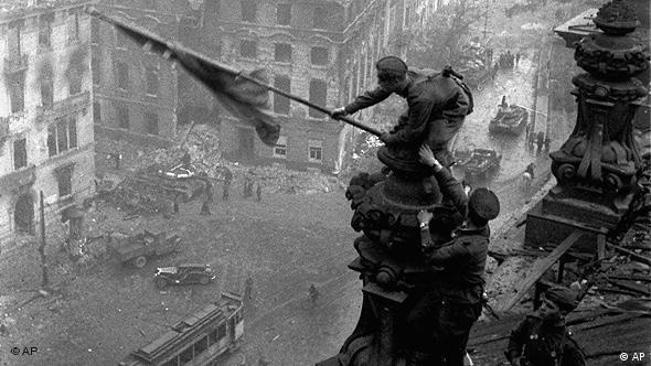 A foto célebre, de maio de 1945, de soviéticos hasteando sua bandeira sobre Berlim