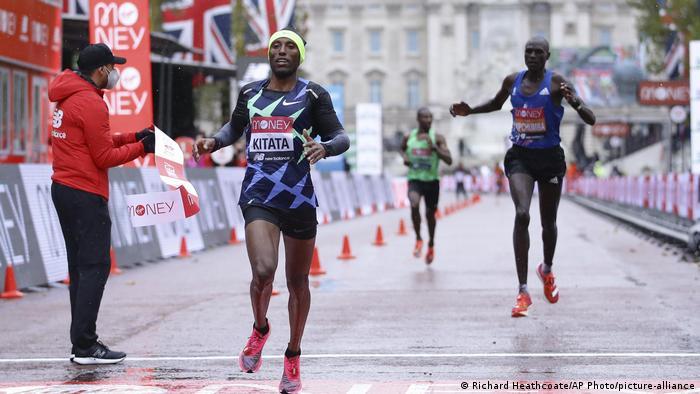 Shura Kitata ashinda mbio za London Marathon, huku bingwa mara nne wa mbio hizo Eliud Kipchoge akimaliza katika nafasi ya nane