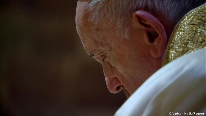 Papa Francisco de olhos fechados