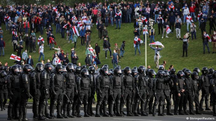 Силовики и участники протеста в Минске 4 октября 2020 года