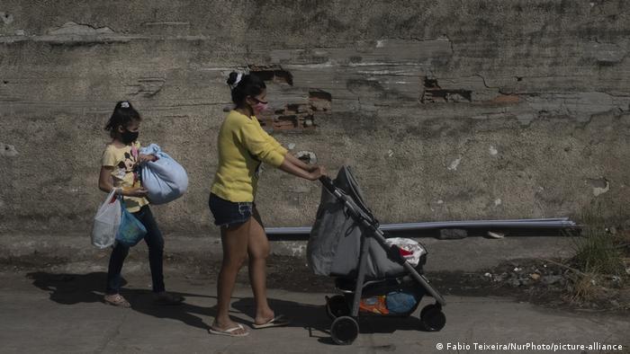 Brasilien: Eine Mutter mit ihren beiden Töchtern nachdem ihr Haus in der Favela Deus e Amor in Rio De Janeiro zerstört wurde
