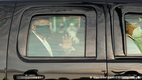 USA | Trump grüßt Anhänger vor Militärkrankenhaus (Alex Edelman/AFP/Getty Images)