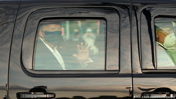 Presidente dos EUA, Donald Trump, acena para apoiadores em frente ao hospital Walter Reed