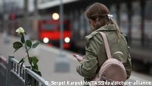 Moskau | Paveletsky Bahnhof Frau mit Smartphone