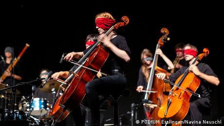 Musicians play the cello blindfolded (PODIUM Esslingen/Navina Neuschl)
