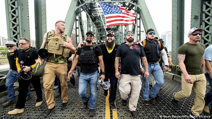 """El grupo de extrema derecha Proud Boys"""" se define como un club de hombres chovinistas. Muchos de ellos son de extrema derecha y están listos para usar la violencia."""