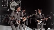 ***1962*** THE BEATLES - Paul McCartney, George Harrison, John Lennon - bei einem ihrer ersten Auftritte, 1962 / Überschrift: THE BEATLES *** Local Caption *** 00643903 | Verwendung weltweit